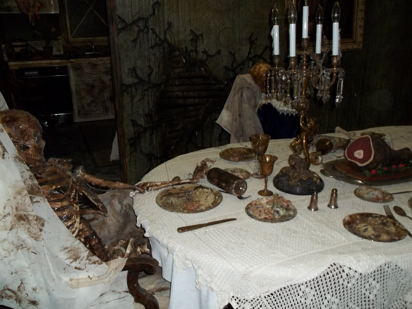 Rot haunted house scare zone for Haunted dining room ideas